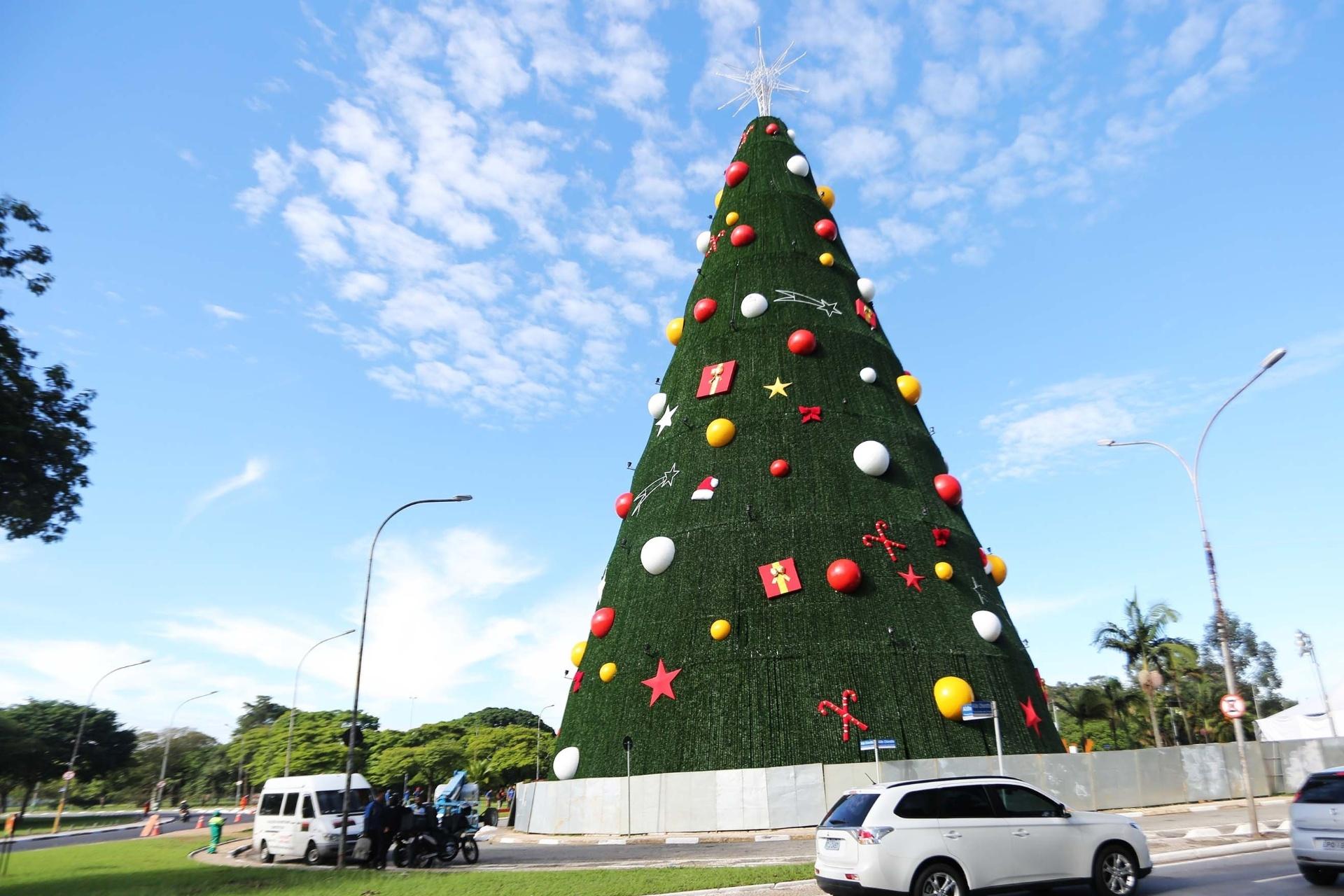 12.dez.2014 - Árvore de Natal do parque Ibirapuera, em São Paulo fica pronta para inauguração. O último trabalho foi a instalação de energia elétrica, feita por funcionários da Eletropaulo