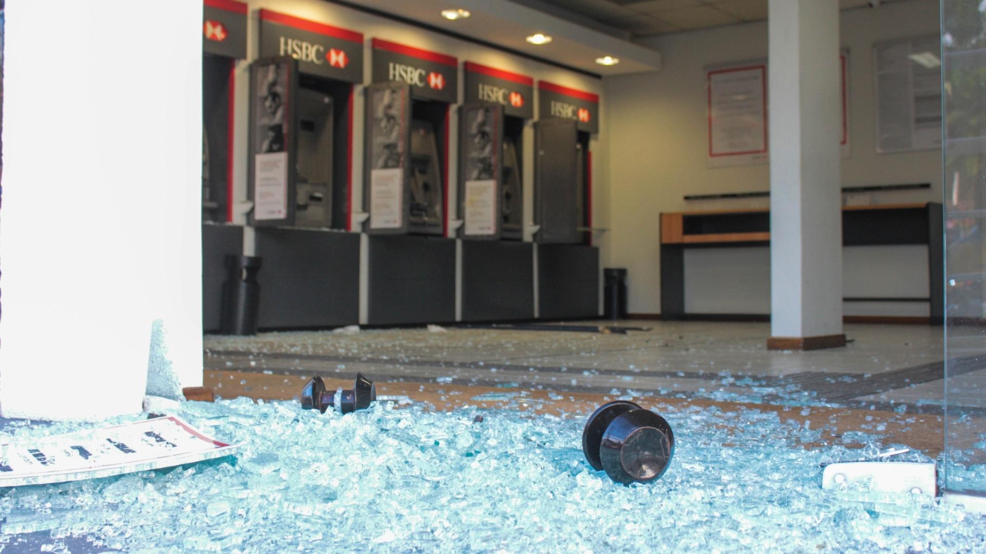 12.dez.2014 - Criminosos explodiram na madrugada desta sexta-feira(12) caixas eletrônicos de uma agência bancária em frente ao terminal de ônibus do Grajaú, na avenida Dona Belmira Marin, na zona sul de São Paulo