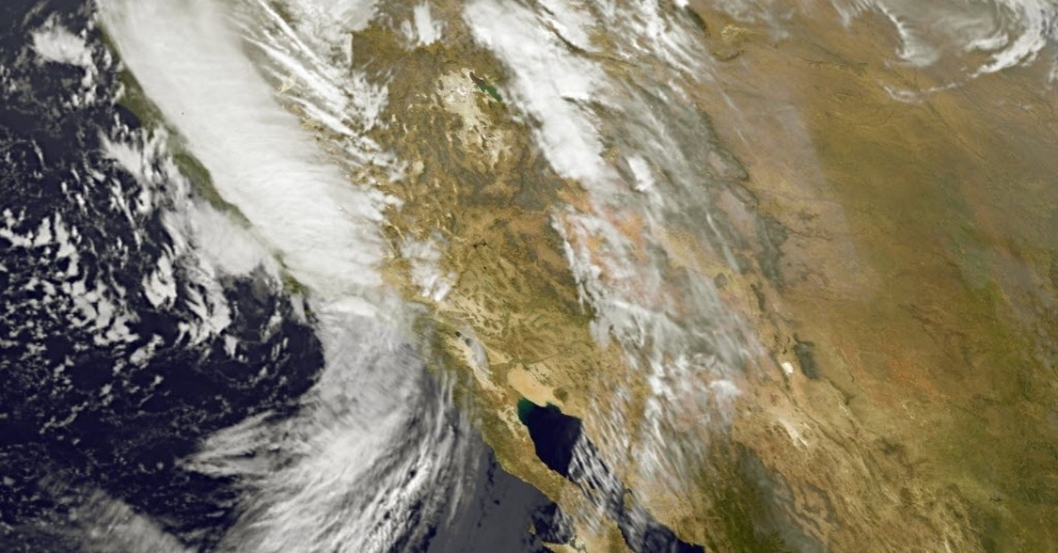 12.dez.2014 - Imagem de satélite mostra chuvas na costa ocidental dos Estados Unidos. Cerca de 150 mil pessoas foram atingidas pela tempestade mais forte dos últimos anos, nesta quinta-feira (11). Ventos com rajadas de até 230 km/h e fortes rajadas de neve foram relatados. A tempestade começou na quarta-feira e deve durar até esta sexta-feira, causando graves inundações nas zonas costeiras e deslizamentos de terra em regiões mais altas. Cerca de 240 voos foram cancelados no aeroporto internacional de San Francisco