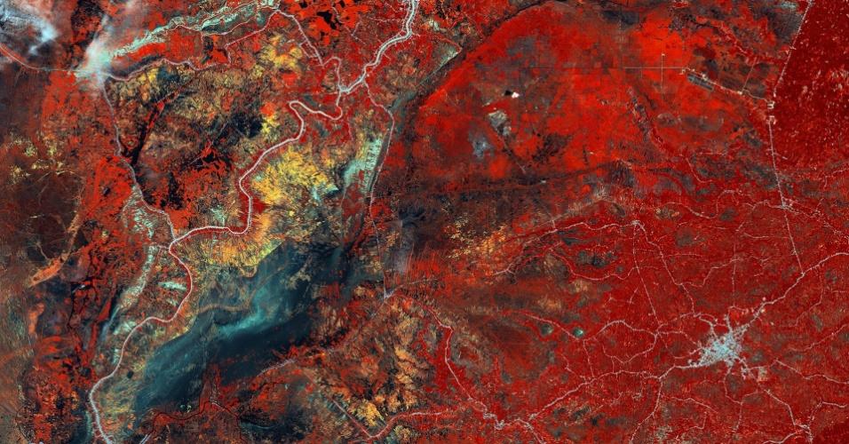 12.dez.2014 - Imagem feita por um satélite mostra parte do sul de Bornéu, uma ilha no sudeste da Ásia. Politicamente, a ilha é dividida entre Brunei, Malásia e Indonésia. A área retratada cobre parte da província de Kalimantan do Sul, em território da Indonésia. A rede de linhas brancas mostram construções feitas pelo homem, tais como casas alinhadas ao longo de rios e estradas. A parte azul escuro são os pântanos.As áreas amarelas e laranjas são culturas agrícolas, possivelmente arroz. Enquanto isso, a área vermelha indica uma vegetação mais espessa.Os recursos da ilha têm diminuído nos últimos anos, através da exploração madeireira, o desenvolvimento das plantações, mineração e incêndios florestais. Esta imagem foi obtida em 24 de Fevereiro de 2010