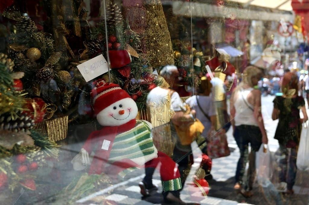 12.dez.2014 - Lojas de São Paulo enfeitam suas vitrines nesta sexta-feira (12) para atrair consumidores que se preparam para celebrar o Natal