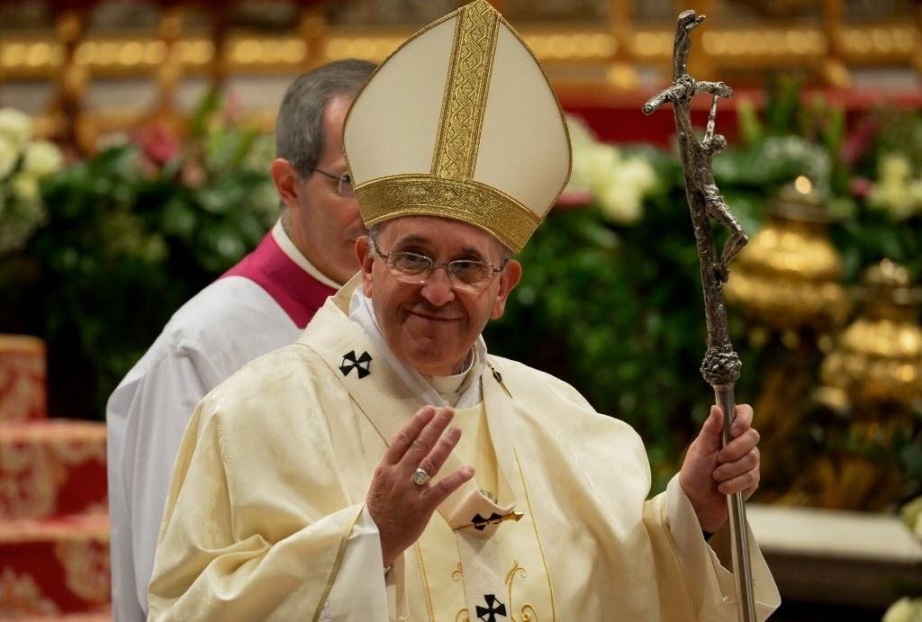 12.dez.2014 - Papa Francisco preside uma missa que marca a festa de Nossa Senhora de Guadalupe, na basílica de São Pedro, no Vaticano
