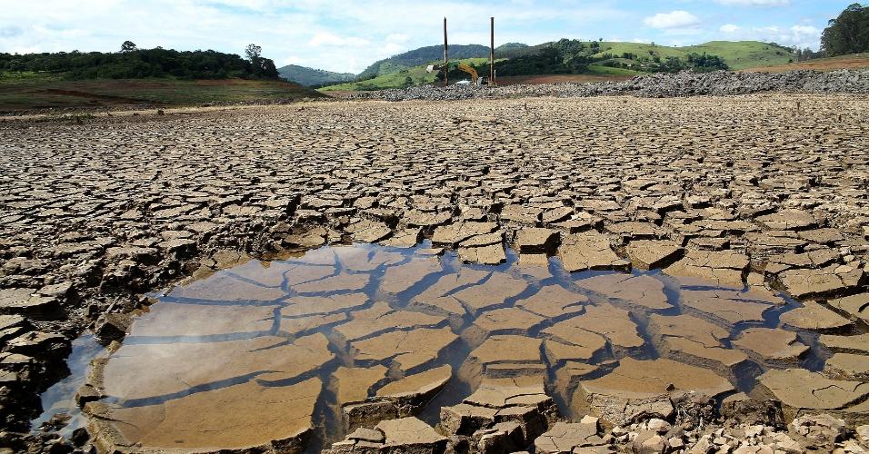 12.dez.2014 - Pequena poça de água é fotografada no leito seco da represa Jaguari-Jacareí, que integra o Sistema Cantareira, em Joanópolis (SP). Com a diminuição das pancadas de chuva nas últimas 24 horas, o nível do Cantareira voltou a cair 0,1%, após ter ficado um dia estável. Segundo dados da Sabesp (Companhia de Saneamento Básico do Estado de São Paulo), o reservatório opera nesta sexta-feira (12) com 7,5% da capacidade, ante 7,6% nos dois dias anteriores. O cálculo leva em conta os 105 bilhões de litros da segunda cota do volume morto