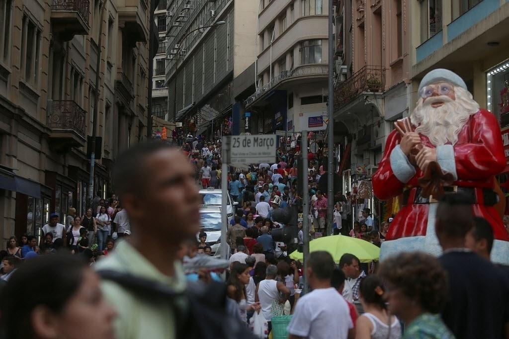 12.dez.2014 - A rua 25 de Março, em São Paulo, ficou lotada nesta sexta-feira (12) quando muitas pessoas passearam pelo local para comprar presentes de Natal