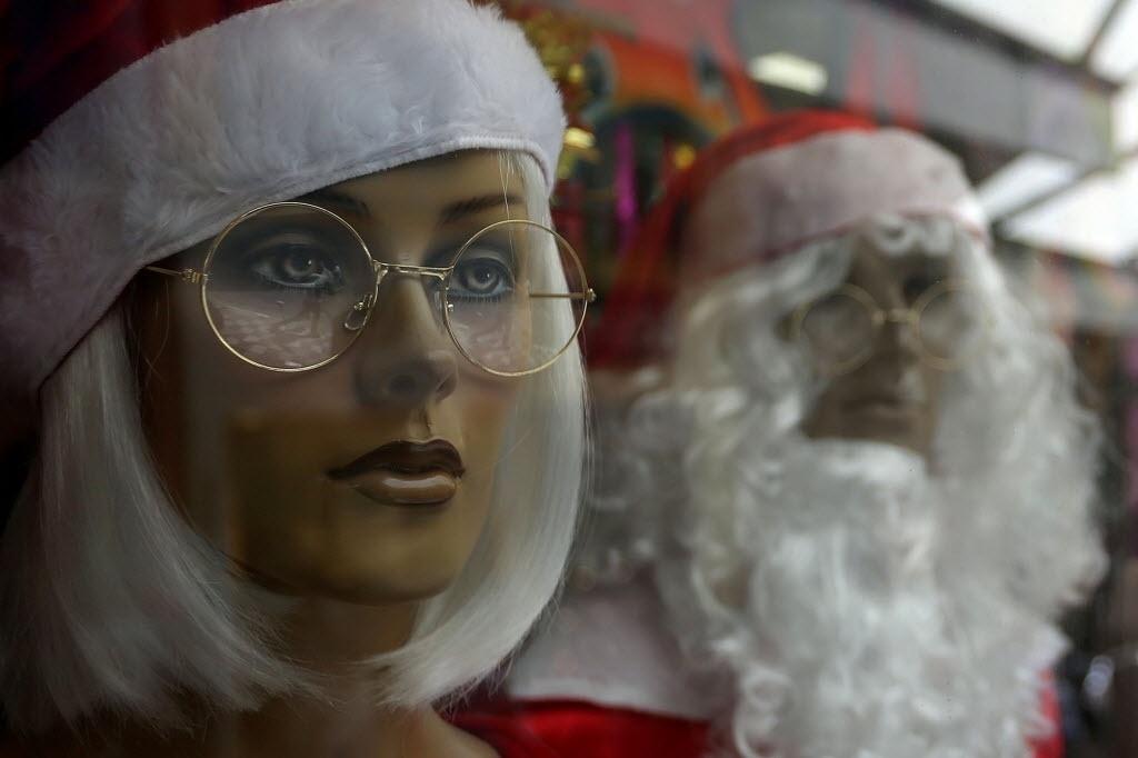 12.dez.2014 - Manequins vestidos de Mamãe Noel e Papai Noel ficaram em evidências nesta sexta-feira (12) nas vitrines das lojas da rua 25 de Março, em São Paulo