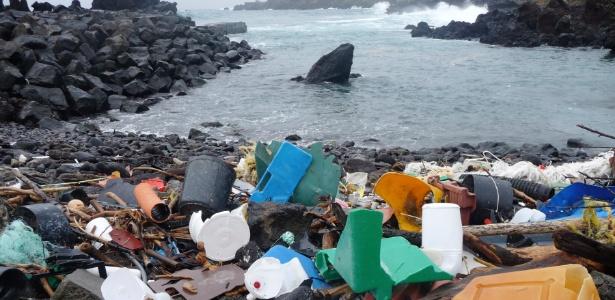 Detritos de plástico cobrem encosta de uma praia em Açores, Portugal