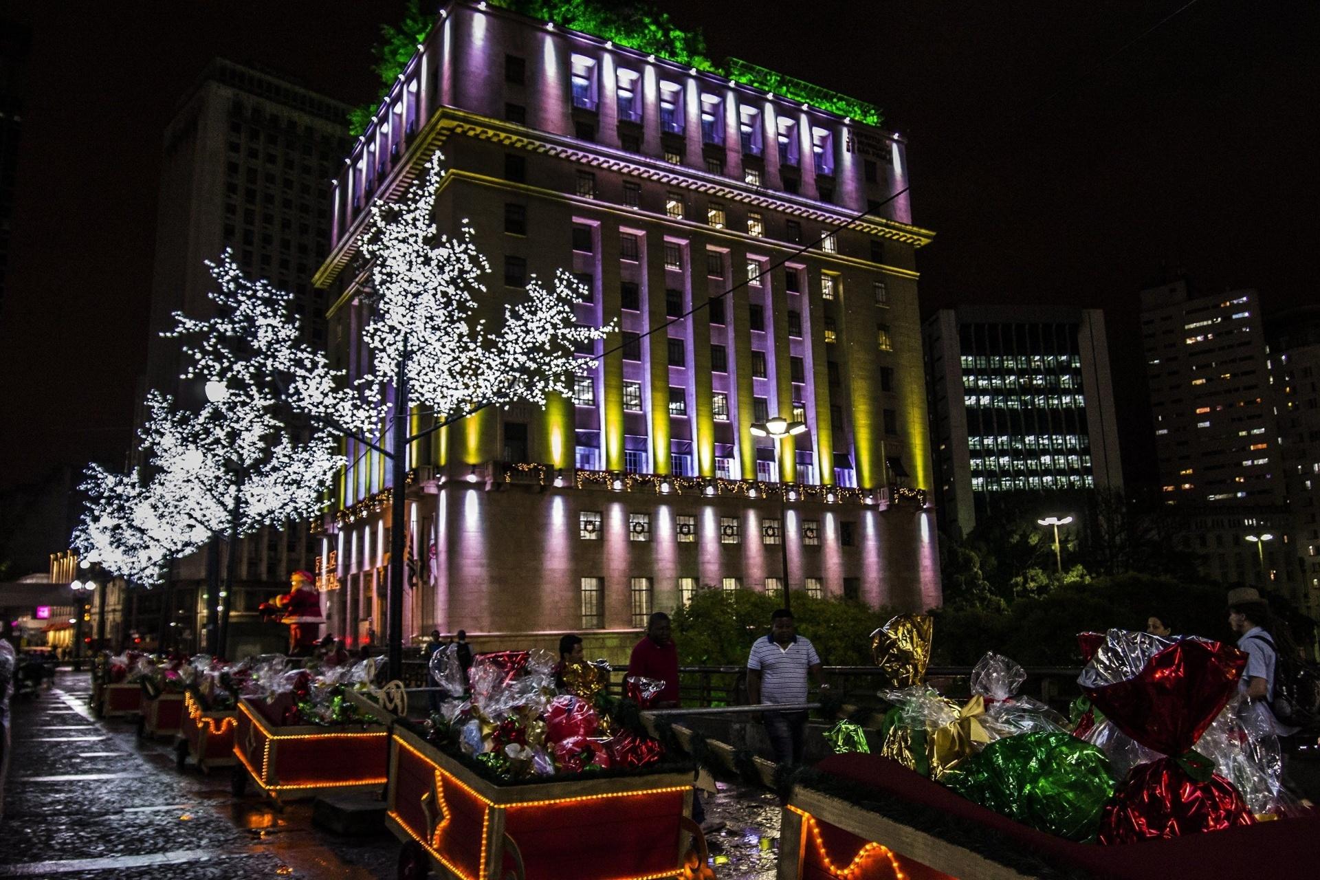 13.dez.2014 - A Prefeitura de São Paulo, no viaduto do Chá, recebe iluminação especial para o Natal