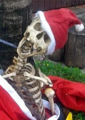 Esqueleto vestido de Papai Noel em Itu (SP); polícia recolheu o 'adereço'