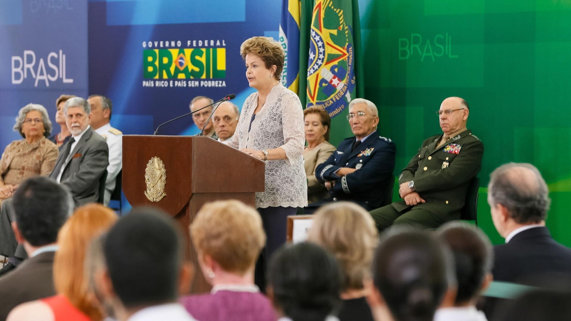 16.dez.2014 - A presidente Dilma Rousseff participou nesta terça-feira (16) da cerimônia de promoção de militares do Exército, da Marinha e da Aeronáutica no Palácio do Planalto, em Brasília. O evento acontece seis dias após a entrega do relatório da Comissão Nacional da Verdade que expôs os abusos cometidos por militares durante o período da ditadura (1964 -1985)