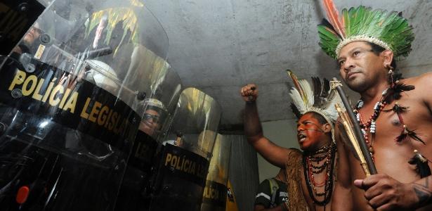 Índios que tentavam invadir a Câmara dos Deputados são impedidos por policiais