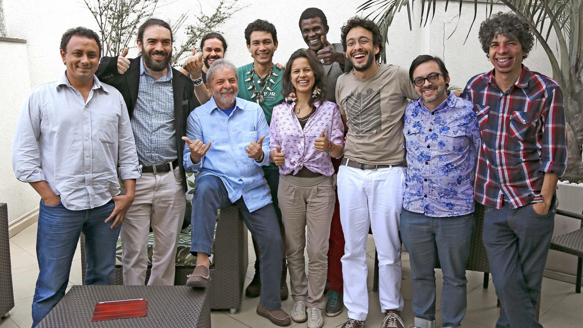 16.dez.2014 - O ex-presidente Luiz Inácio Lula da Silva se reuniu com representantes das redes sociais de diversos movimentos sociais na sede do Instituto Lula, em São Paulo, nesta terça-feira (16), durante o evento