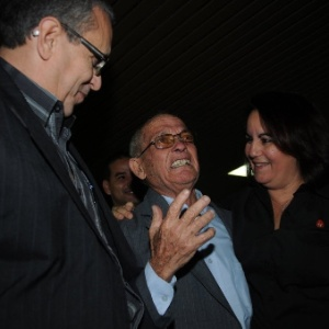 17.dez.2014 - Deputado cubano Raúl Súarez (centro), se emociona ao ouvir o discurso transmitido nacionalmente pelo presidente de Cuba, Raúl Castro, sobre a restauração das relações com os Estados Unidos