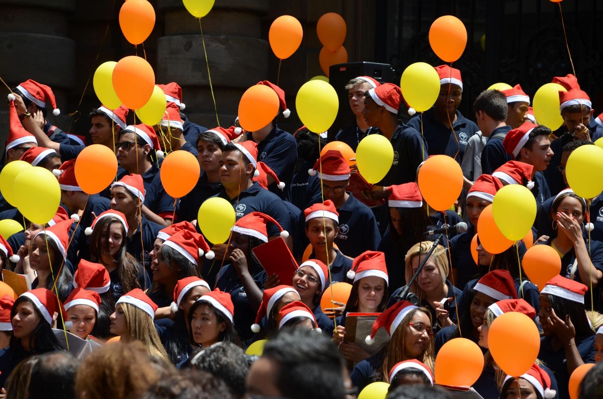 17.dez.2014 - Grupo de adolescentes da ONG ESPRO (Ensino Social Profissionalizante) canta nas escadarias do Theatro Municipal, no centro de São Paulo, nesta quarta-feira (17). Todos os anos, o grupo se reúne no local para apresentar músicas natalinas e pop rock