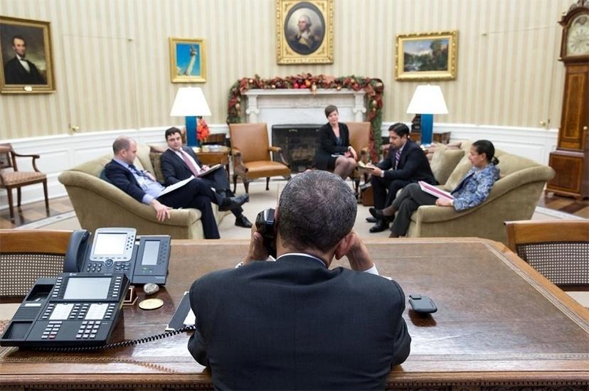 17.dez.2014 - O presidente dos Estados Unidos, Barack Obama, conversa por telefone com o presidente de Cuba, Raúl Castro, na Casa Branca, em Washington (EUA), antes de anunciarem a retomada das relações diplomáticas entre os dois países, inimigos desde o período da Guerra Fria, nesta quarta-feira (17)