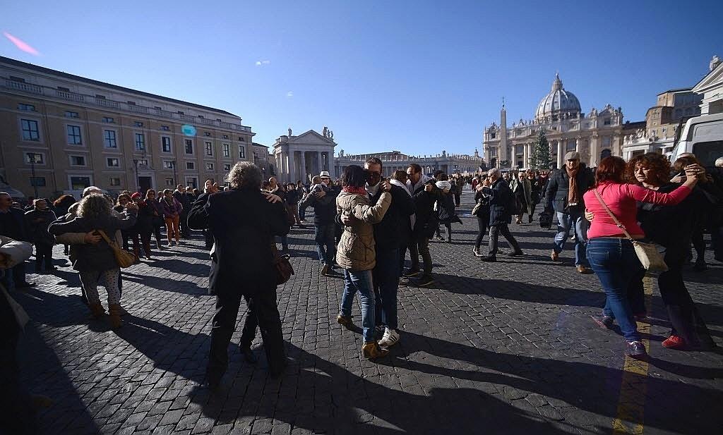 17.dez.2014 - Para celebrar o aniversário de 78 anos do papa Francisco, admiradores do pontífice se uniram e dançaram tango na via della Conciliazone, em frente à praça de São Pedro, em Roma, na Itália