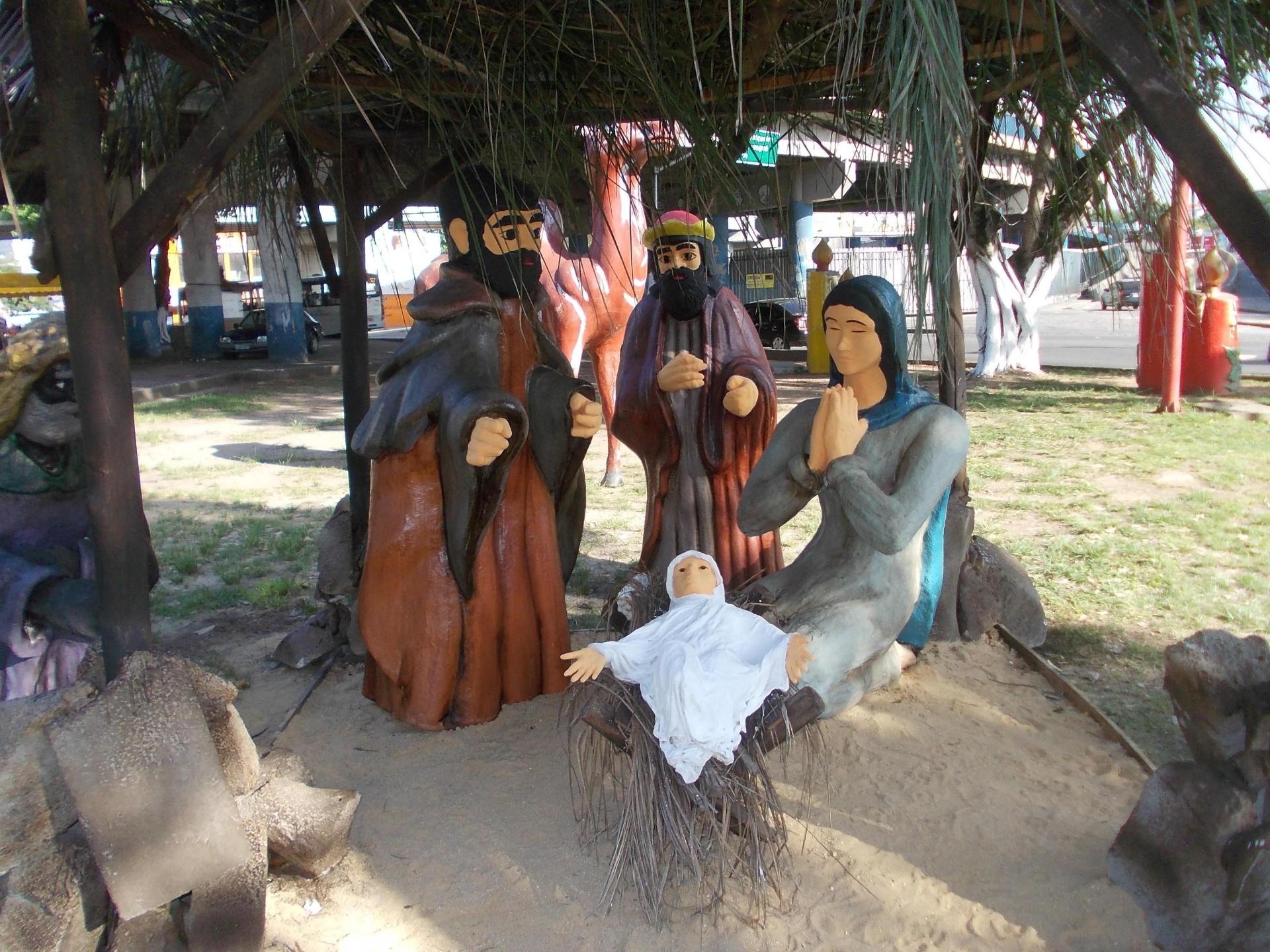 17.dez.2014 - Presépio de Natal é visto embaixo do viaduto Negrão de Lima, em Madureira, na zona norte do Rio de Janeiro (RJ), nesta quarta-feira (17)