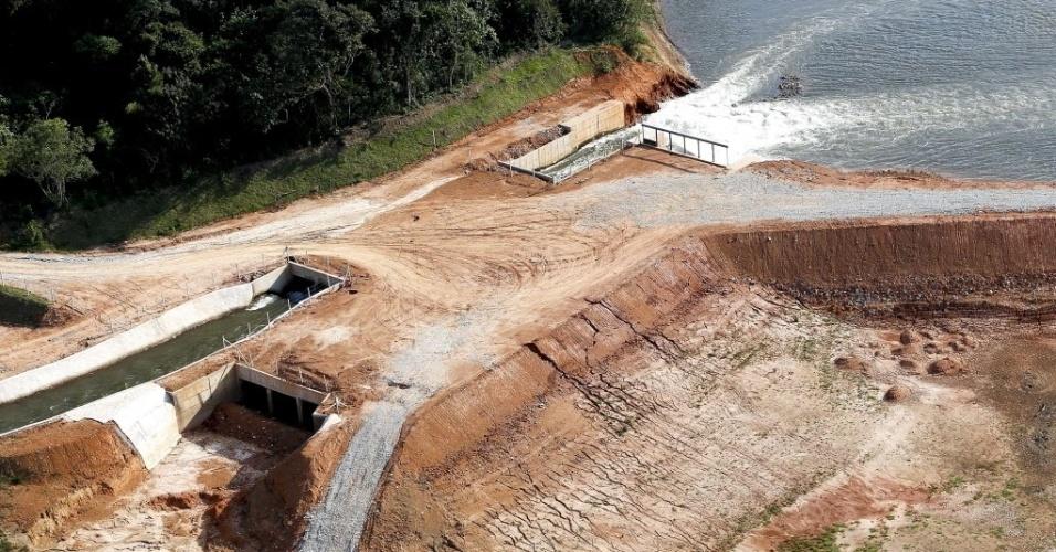 17.dez.2014 - Vista aérea da represa do rio Atibainha, em Nazaré Paulista, interior de São Paulo, durante uma seca que afeta o Estado, nesta quarta-feira (17). A represa é parte do sistema Cantareira, que fornece água para 45% do região metropolitana de São Paulo