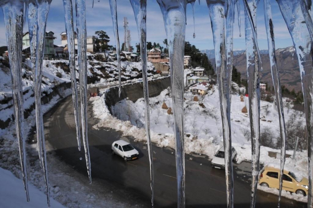 18.dez.2014 - Gelo se forma após forte nevasca em Kufri, no Estado de Himachal Pradesh, na Índia. Uma forte onde de frio atinge a região