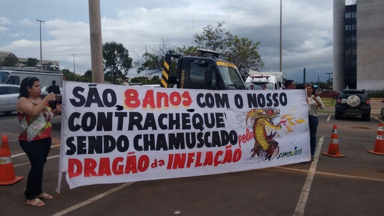 18.dez.2014 - Pouco antes da cerimônia de diplomação da presidente Dilma Rousseff (PT) nesta quinta-feira, servidores do Poder Judiciário fazem protesto em frente à sede do TSE (Tribunal Superior Eleitoral), em Brasília
