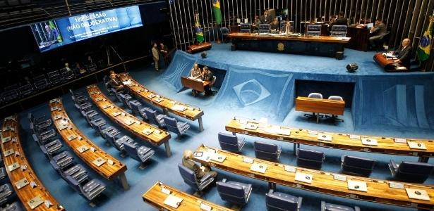 O ex-presidente e senador José Sarney (PMDB-AP) discursa para plenário praticamente vazio