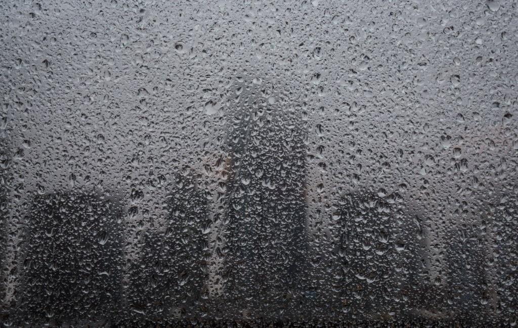 18.dez.2014 - Silhuetas de arranha-céus são vistas atrás de uma janela coberta por pingos de chuva em Frankfurt, na Alemanha