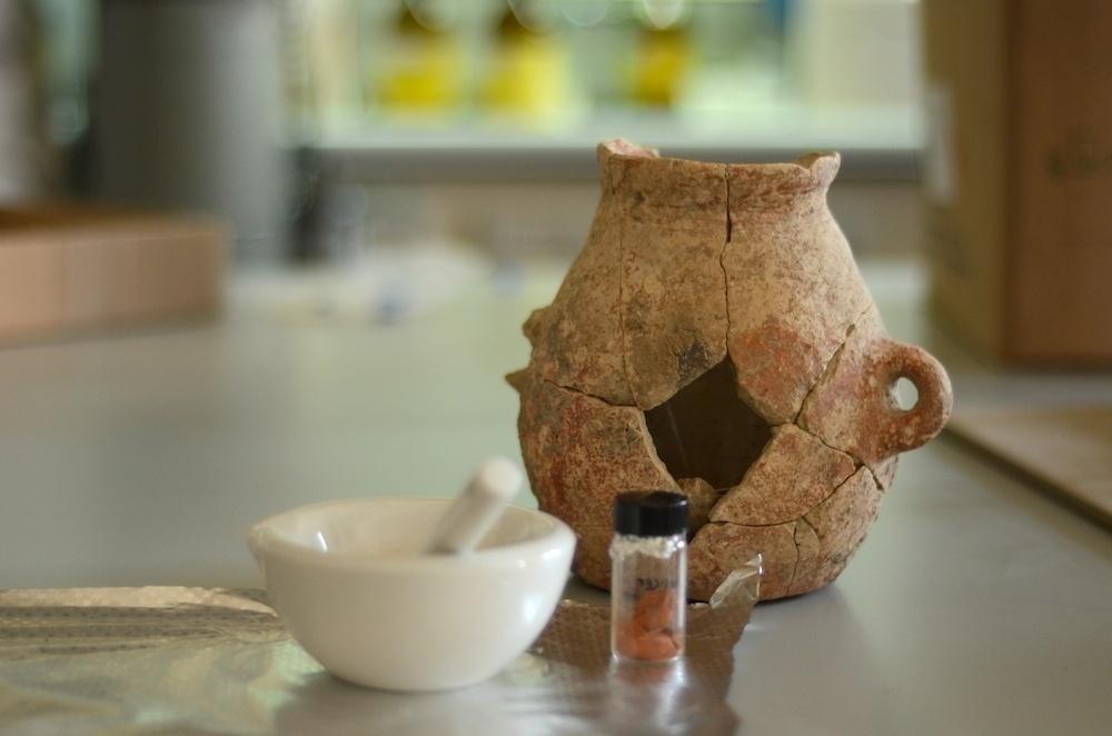 AZEITE DE MAIS DE 8.000 ANOS - AZEITE DE MAIS DE 8.000 ANOS - Pesquisadores descobriram azeite de 8.000 anos em vasos de barro que datam do século 6.000 a.C. durante escavação em En Zippori, na baixa Galileia, no norte de Israel, em obras de ampliação de uma rodovia que duraram até o ano passado. A descoberta não foi intencional. As análises mostraram que a cerâmica contendo azeite remonta ao período Calcolítico precoce, uma fase da Idade do Bronze