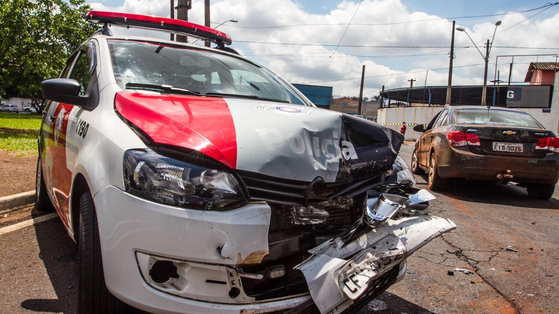 19.dez.2014 - Carro da Polícia Militar é atingido por veículo de criminosos em fuga, após roubo de uma residência na cidade de Pontal, a 351 km de São Paulo, nesta sexta-feira. O menor, de 16 anos, que estava ao volante perdeu o controle e bateu em um Cruze branco e no carro da polícia. Com os suspeitos foram encontrados mais de R$ 6 mil em eletroeletrônicos e um revólver calibre 38