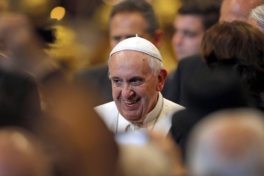 19.dez.2014 - O papa Francisco sorri após término de missa celebrada por ele na Basília de São Pedro, no Vaticano. A missa teve a presença de atletas italianos