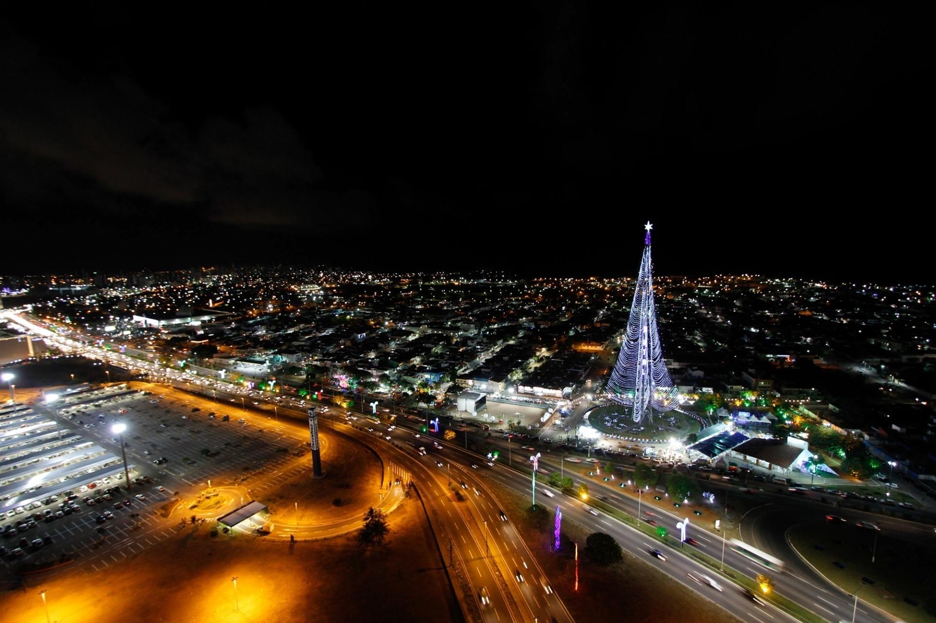 19.dez.2014 - Vista aérea da cidade de Natal, no Rio Grande do Norte, com a árvore de Natal de Mirassol, que tem uma altura de 126 metros e oito mil conjuntos de lâmpadas led, sendo uma das maiores do Brasil
