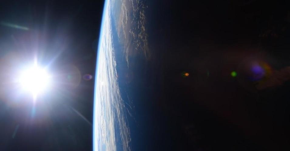 14.dez.2014 - O astronauta norte-americano Terry Virts Jr fotografou o por do sol sobre o Golfo do México e a costa dos EUA e publicou a imagem em sua conta no Twitter
