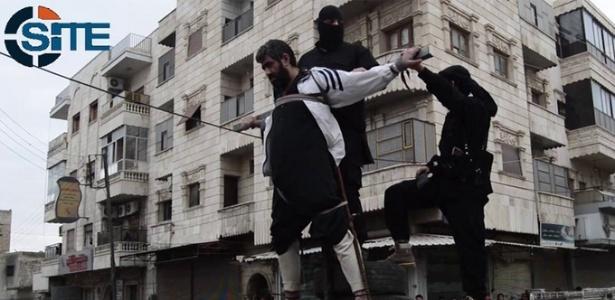 Homem é crucificado por militantes do Estado Islâmico em dezembro de 2014, na Síria