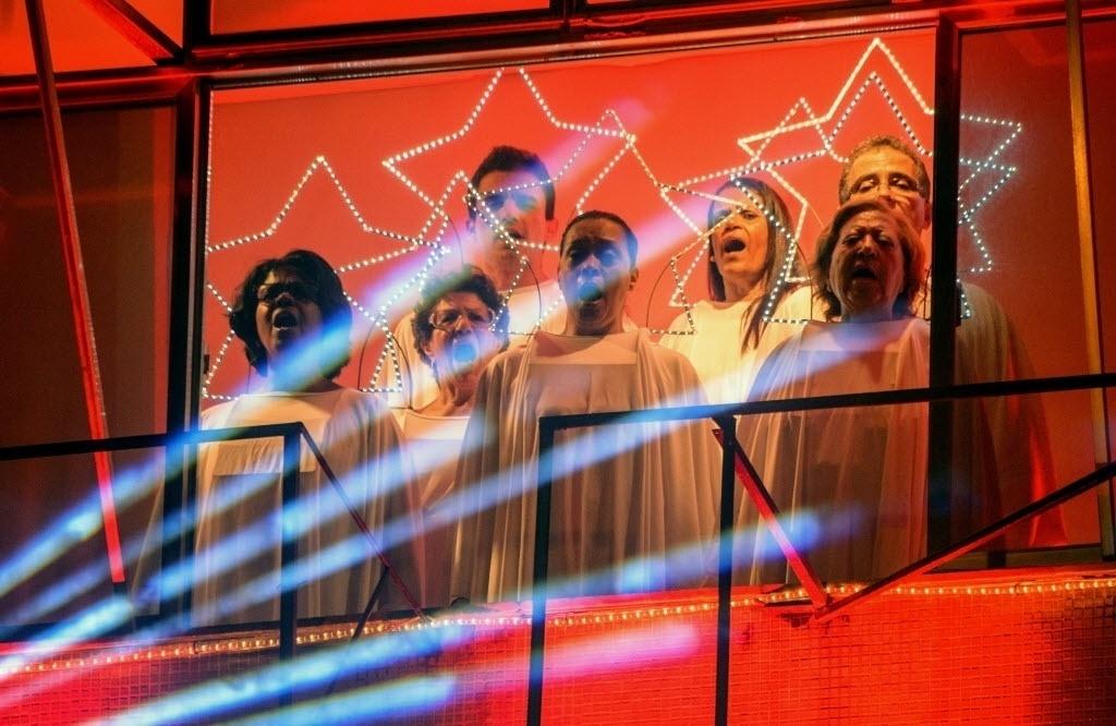20.dez.2014 - Membros do coral da Igreja Batista do Méier se apresentam durante a 4ª edição do