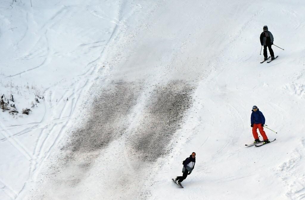 20.dez.2014 - Pessoas esquiam nas encostas cobertas de neve da estação de Val d'Isère, nos Alpes franceses, neste sábado (20). O feriado de Natal não tem sido muito animador para as estações de esqui, já que a neve demorou a cair. Apenas um em cada três resorts será totalmente aberto neste fim de semana, de acordo com a organização promotora das montanhas da França