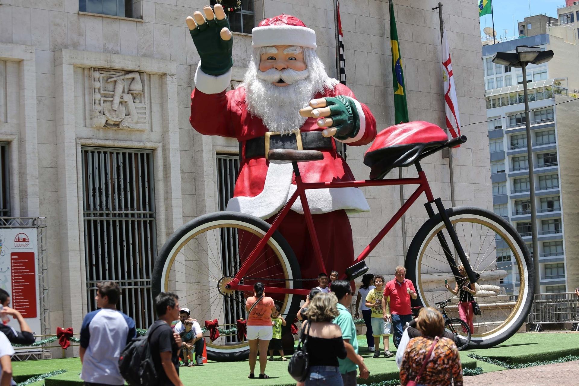 20.dez.2014 - Pessoas observam e tiram fotos com o Papai Noel gigante que enfeita a frente da Prefeitura de São Paulo (SP)