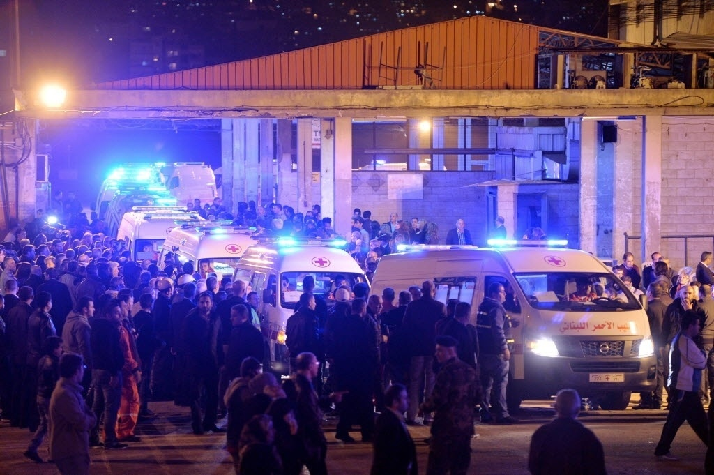 21.dez.2014 - Ambulâncias da Cruz Vermelha transportam do Aeroporto Internacional Rafik Hariri, em Beirute, no Líbano, os corpos de 19 cidadãos libaneses que foram mortos em um acidente avião no Mali, neste domingo (21). O Air Algerie AH5017 caiu em uma área semiárida no Mali, perto da fronteira com Burkina Faso, no dia 24 de julho de 2014, matando todos os 116 passageiros