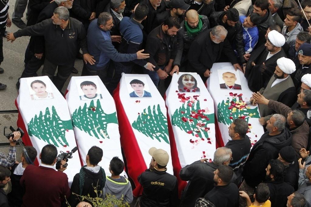 22.dez.2014 - Família libanesa, vítima do voo Air Algerie AH5017 que caiu no Mali em julho, é velada nesta segunda-feira (22) em Sidon. Os corpos chegaram ao Líbano no domingo à noite. O acidente aéreo matou os 110 passageiros que estavam a bordo