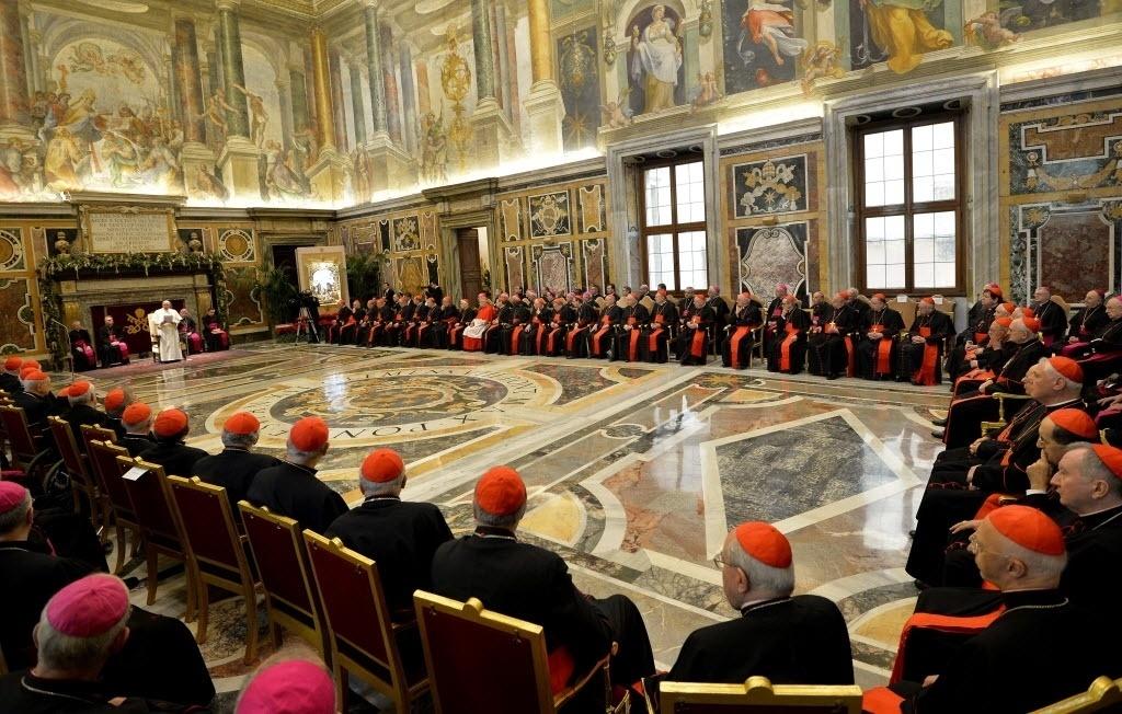 22.dez.2014 - Papa Francisco fala durante a audiência da Cúria, a instituição administrativa da Santa Sé, sobre os cumprimentos de Natal na Sala Clementina do Palácio Apostólico, no Vaticano, nesta segunda-feira (22)