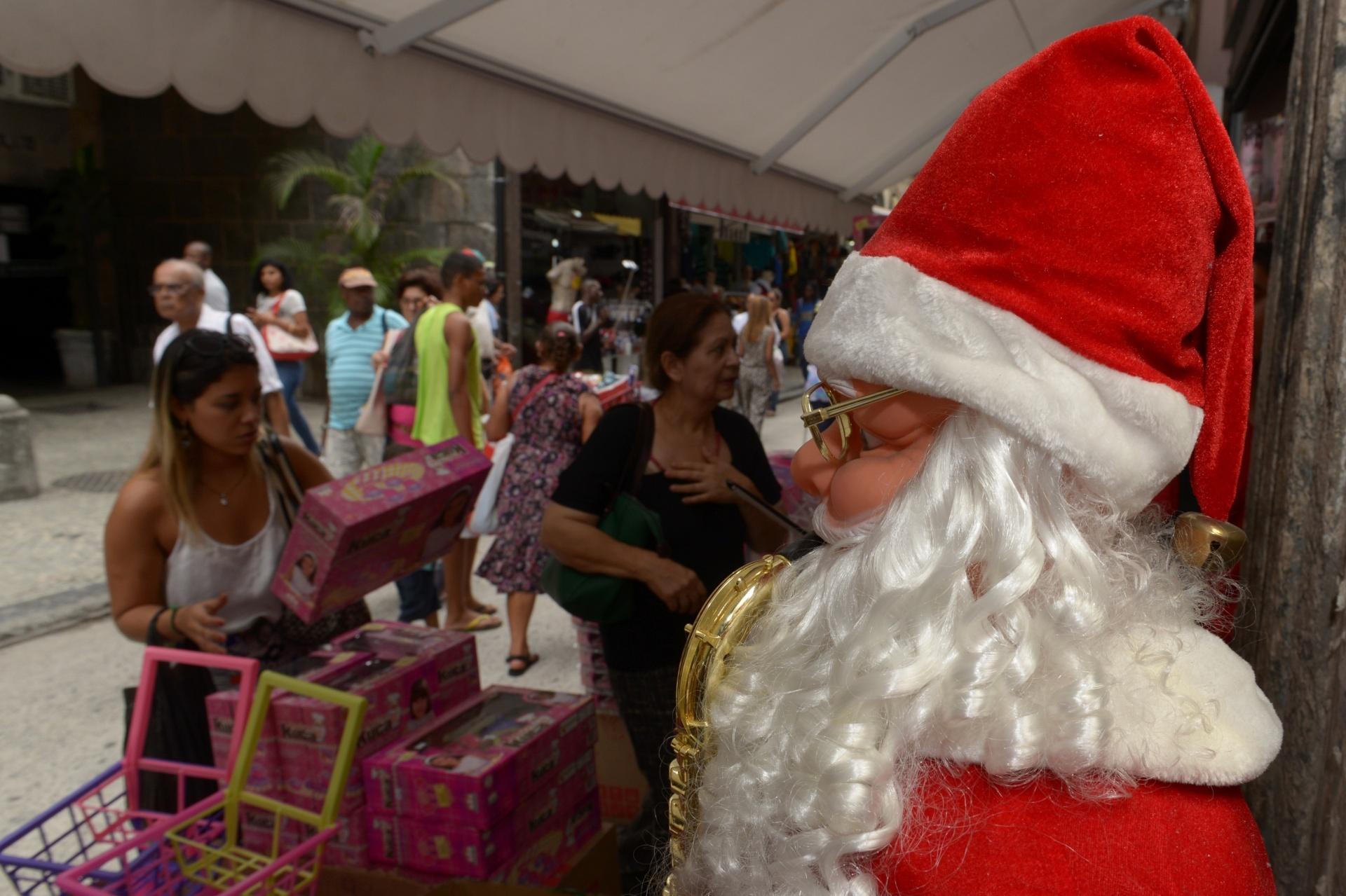 23.dez.2014 - Às vésperas do Natal, a movimentação no Comércio Popular do Saara, no Centro do Rio de Janeiro, foi intensa, em meio à decoração natalina