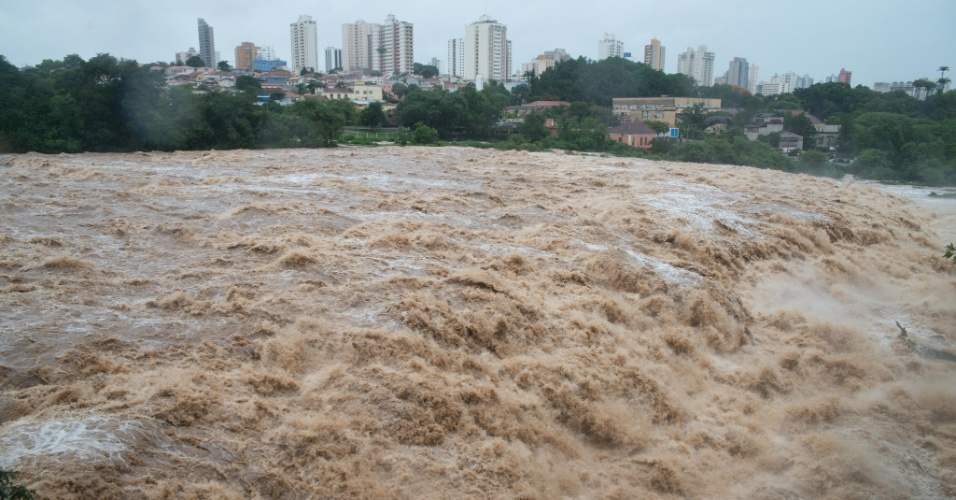 23.dez.2014 - Chuvas dos últimos dias eleva nível do rio Piracicaba, no interior de São Paulo, que vinha sofrendo com a seca. O rio chegou a transbordar em alguns pontos em função das chuvas de verão