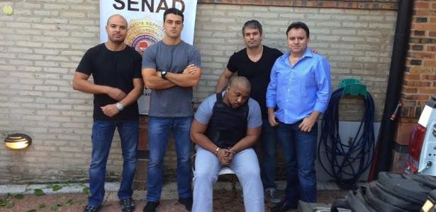 Luiz Claudio Machado, o Marreta (sentado), estava vivendo em um bairro de Assunção