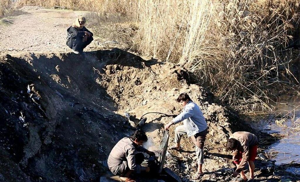 24.dez.2014 - Imagem divulgada em sites jihadistas mostra combatentes do Estado Islâmico (EI) inspecionando destroços de um avião militar da coalizão internacional que teria sido abatido com um míssil antiaéreo pelo grupo na cidade de Al Raqqah, na Síria