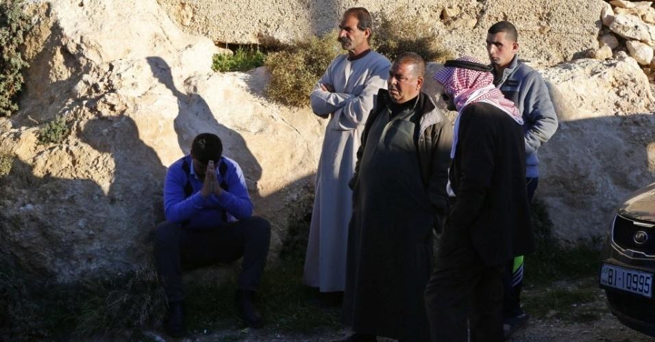 24.dez.2014 - Parentes do piloto jordaniano que teria sido capturado por combatentes do Estado Islâmico (EI) após avião ser abatido com um míssil antiaéreo na cidade de Al Raqqah, na Síria, se reúnem em frente à casa da família na cidade de Karak