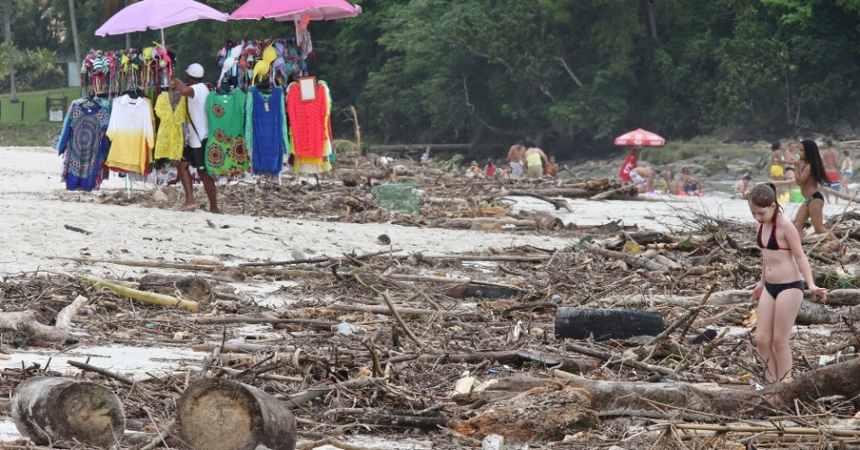 25.dez.2014 - Fortes chuvas dos últimos dias levam sujeira à praia de Maresias, litoral norte de São Paulo