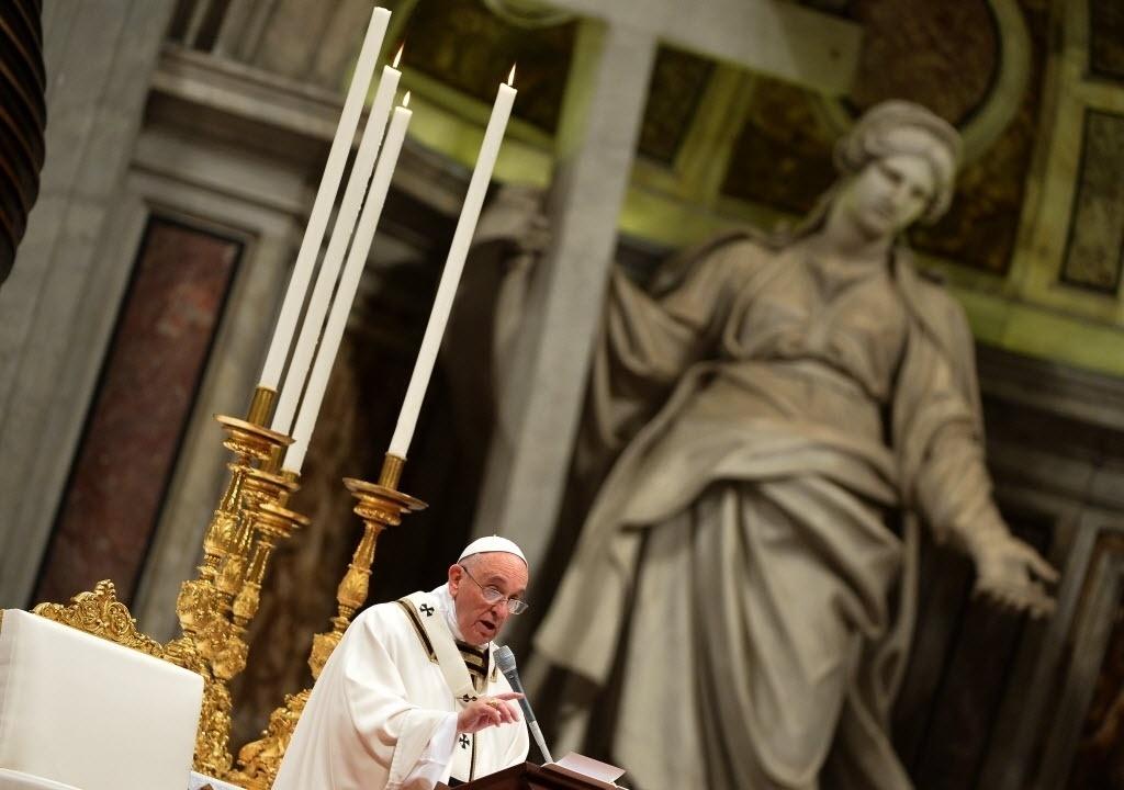 25.dez.2014 - O papa Francisco celebrou uma missa nesta quarta-feira (24), véspera de Natal, na Basílica de São Pedro, no Vaticano, para celebrar o nascimento de Jesus Cristo. Durante a Missa do Galo, o pontífice pediu aos católicos que respondam com