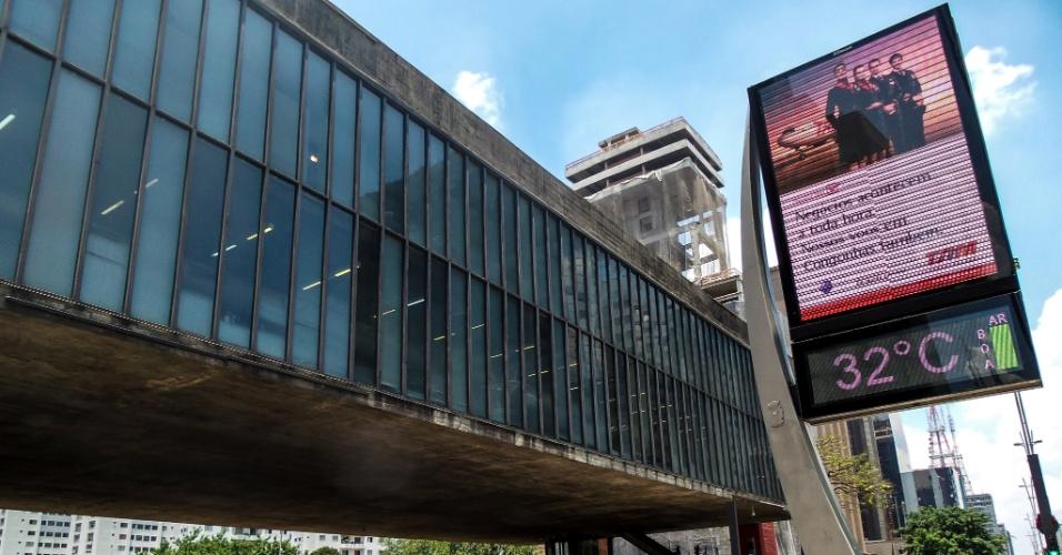 26.dez.2014 - Após fortes chuvas, São Paulo volta a ter sol forte nesta sexta-feira (26) e as temperaturas batem os 32 graus em frente ao Masp (Museu de Arte de São Paulo Assis Chateaubriand), na avenida Paulista