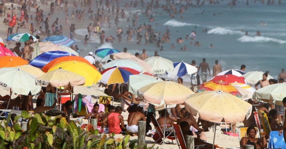 26.dez.2014 - Cariocas e turistas lotam a praia do Recreio dos Bandeirantes, na zona oeste do Rio de Janeiro, na tarde desta sexta-feira (26) de sol e calor