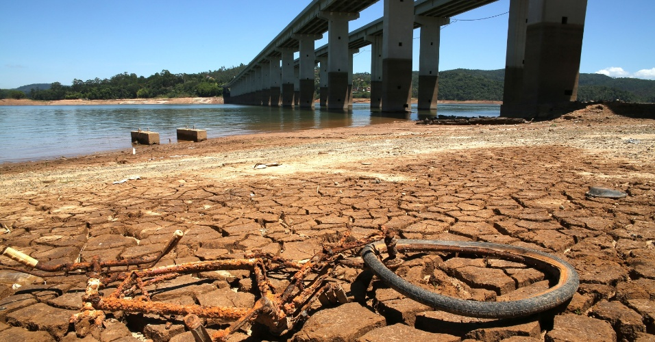 27.dez.2014 - Vista da represa reserva Jaguari- Jacareí, na cidade de Nazaré Paulista, no interior de São Paulo, onde o índice que mede o volume de água armazenado no Sistema Cantareira se manteve estável em 7,4% da capacidade total, incluindo a segunda reserva técnica (volume morto), neste sábado (27)