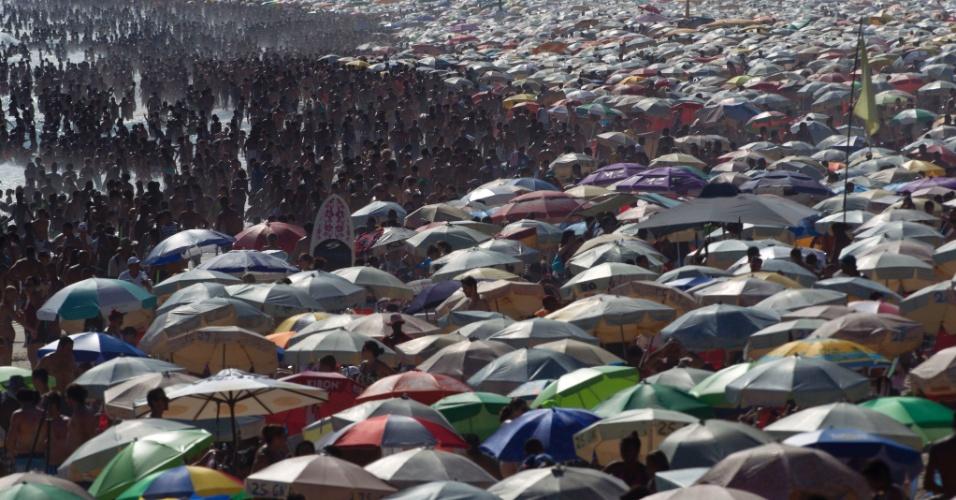 28.dez.2014 - Banhistas lotam a praia do Arpoador, na zona sul do Rio de Janeiro, na tarde deste domingo (28). De acordo com a previsão, o dia será de sol com algumas nuvens e temperatura variando entre 21ºC e 40ºC