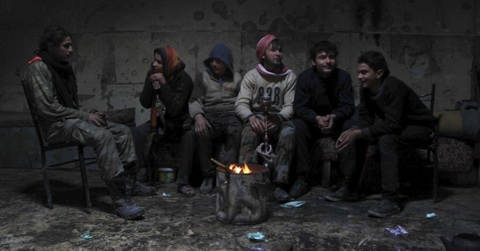 28.dez.2014 - Combatentes rebeldes descansam dentro de uma sala na cidade de Aleppo, perto da linha de frente contra as forças do ditador da Síria, Bashar Assad, neste domingo (28)