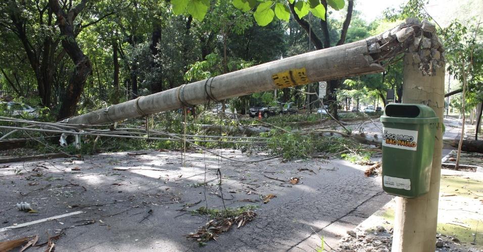29.dez.2014 - Após forte chuva na madrugada desta segunda-feira (29), um poste aparece quebrado na avenida República do Líbano, no Ibirapuera, na zona sul de São Paulo